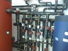 Εγκατεστημένο δοχείο αδρανείας σε εγκατάσταση θέρμανσης με πολλαπλές πηγές.  Συνδυασμός αντλίας θερμότητας με ξυλολέβητα.