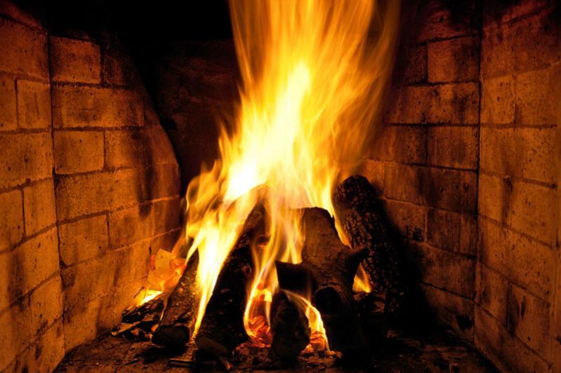 Καύση ξύλου σε εστία